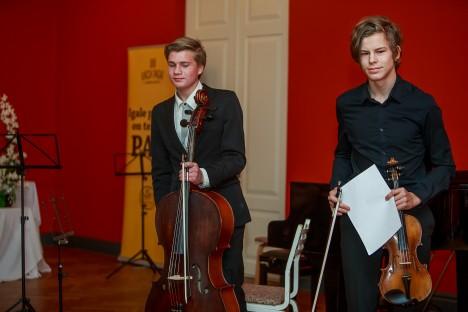 Saarlaste duo: Laine Sepa õpilased Karl Jõgi (viiul) ja Karret Sepp (tšello) mängisid oma loo nii hästi, et publik plaksutas nad kaks korda tagasi.
