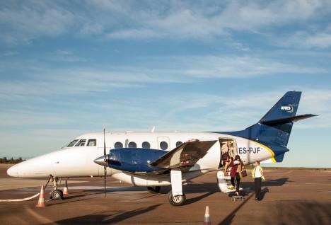 KEVADINE LENNUK: Kui kevadel Kuressaare lennuväljal Aviesi lennukit pildistati, ei teadnud keegi, et lennufirma on saanud karmi hinnangu ohutuse kohta.  RAUL VINNI