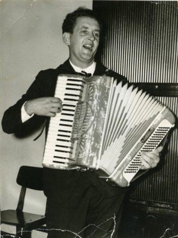 LAULUDE LOOJA: Albert Uustulnd mängis ka lõõtspilli ja on loonud mitmeid Eesti rahva südamesse jõudnud laule. Ennast heliloojaks ta ei pidanud. Pildil Uustulnd 1967. aastal Pilguse mõisas. JULIUS LEHTSI