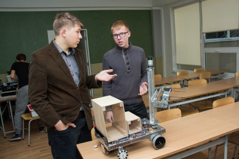 HOLLANDIS VÕISTLEVAD TRANSPORDIROBOTID: KG robootikud Mattis Käst ja Arne Ingalt on ettevaatavalt mõtetega juba järgmise võistluse juures. Hetkel seadistavad nad kastide tõstmise robotit.  IRINA MÄGI