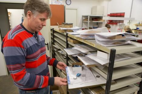AUMÄRK: Hendrik Karlson näitab Saare maakonna uut vapimärki.  RAUL VINNI