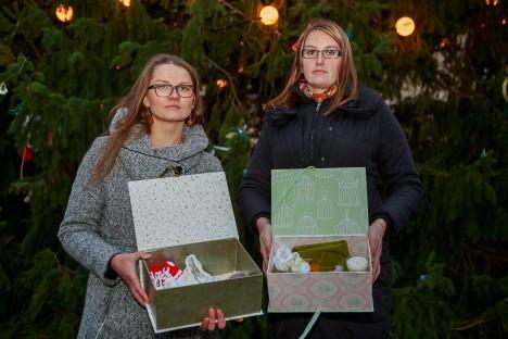 Mälestuste karpidega: Maris Altmanni ja Rita Vaigu sõnul on sellise karbi tegemine teraapiline, samas on sel ka praktiline väärtus. TAMBET ALLIK