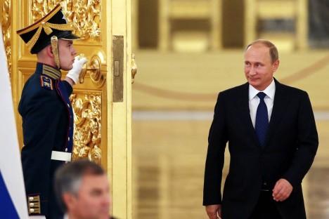 """VEHIB VAID VASAKUGA: Käitumisekspertide uusim analüüs on leidnud seletuse Vladimir Putini eriskummalisele kõnnakule. See olevat """"püstolikangelase kõnnak"""" (ingl k gunslinger's gait) – käimisel võib liikuda vaid vasak käsi, sest parem käsi peab olema valmis vajadusel kiiresti põuetaskust relva haarama. NBCNEWS.COM"""