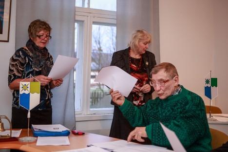 AJAVAD MUSTJALA ASJA: Selle aasta jaanuaris tehtud pildile jäid volikogu esimees Malve Kolli, volinik Mihail Kauber ja vallasekretär Liivi Väli. TAMBET ALLIK