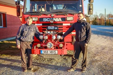 VALMIS AITAMA 24/7: Vabatahtlikud päästjad Enn Kiil (vasakul) ja Taavi Mägi seni päris liiklusõnnetustele veel reageerinud ei ole. TAMBET ALLIK