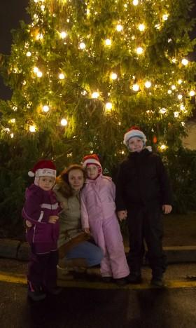 JÕULUOOTUSES: Helen Rüütlil on jõulueelne aeg tegemisi täis ning aega tuleb planeerida. Kiirel ajal leiab ta aga aega, et Risto, Helery ja Ketlyga kesklinnas kuuske imetleda. RAUL VINNI