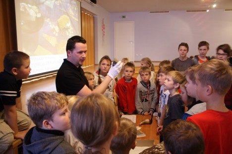 MUUSEUM MUHUS: Saaremaa muuseumi peavarahoidja Priit Kivi Muhu põhikooli õpilastele museaale tutvustamas. ANNA-LIISA ÕISPUU