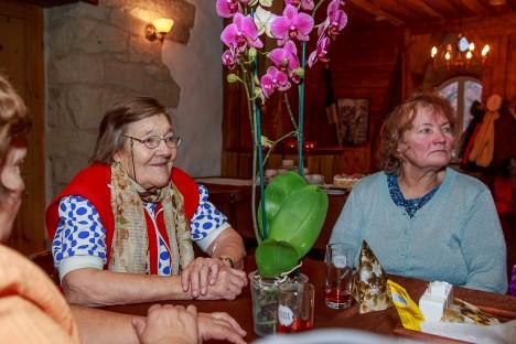 AASTA MÖÖDAS: Roolipiigad Sonja Torn ja Sirje Kindsigo meeleolukal kokkusaamisel. TAMBET ALLIK