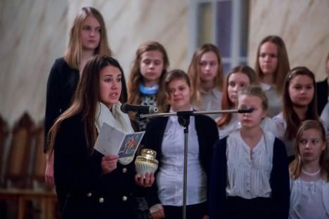 KOOLI MEENUTUSPÄEVA KONTSERT: Esiplaanil abiturient Maria Pihlak 12.c klassist, taustal tütarlastekoor Kressendo. TAMBET ALLIK
