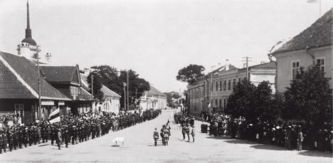 MÜRTSUB TRUMM: Alates 1920. aastast tähistati vabariigi sünnipäeva Kuressaares pidulike paraadidega. EESTI FILMIARHIIV