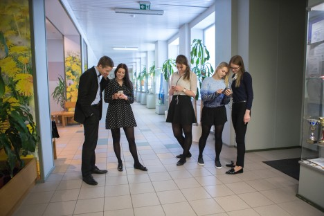 KÕRVAKLAPID: SÜG-i abituriendid (paremalt) Mihkel Šesterikov, Marta Room, Kadri Pruul, Tiina Soots ja Kristin Aksalu tunnistavad, et klappe kasutavad kõik. Kuulmislangust nad endal täheldanud pole.  RAUL VINNI