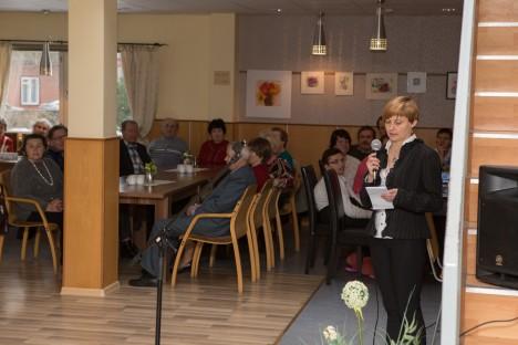 Kuressaare Päevakeskuse külalisi tervitab SA Kuressaare Hoolekanne juhatuse esimees Ene Vahter. RAUL VINNI