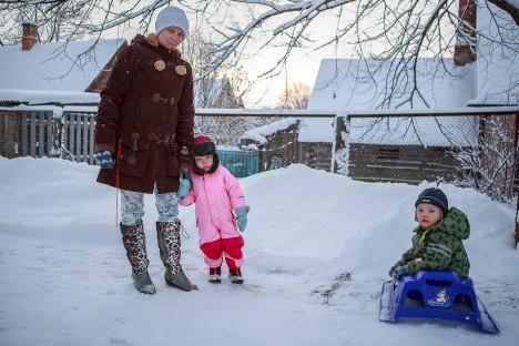 POLE HULLU MIDAGI: Rosanna Ränk läheb ema Kersti Ränga käekõrval lasteaeda rõõmsal meelel. Ka Arvi Rasmus Aavikul pole sellega probleemi. Isegi, kui põnnid algul pelgasid, saadi sellest murest üle. TAMBET ALLIK