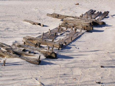 LAEVAVRAKI JÄÄNUSED: Seni andsid ranniku lähedal uppunud laeva olemasolust kinnitust tormide järel randa kandunud plangud ja palginotid. PRIIT KAPSTA