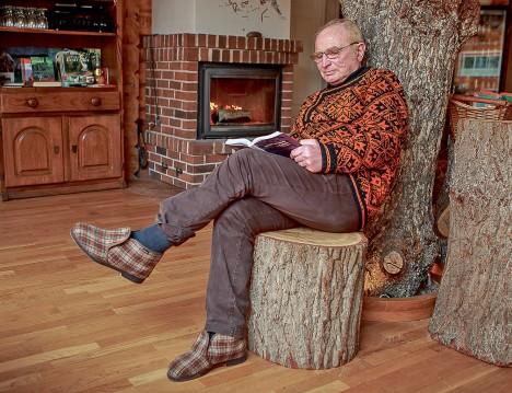KAMIN, PINK JA PUU: Tubases tujus Martin Kivisoo kasutab talveaega elava tule ääres vaimu turgutamiseks.  TAMBET ALLIK