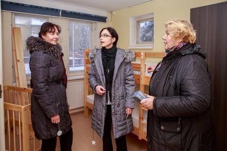 ETTEVALMISTUSTÖÖD ON LÕPUSIRGEL: Monika Sarapuu, Kairit Lindmäe ja Helle Salong arutavad, kuidas uues sotsiaalmajas elu-olu kõige paremini korraldada. TAMBET ALLIK