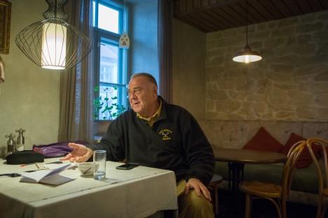 SAAREMAAL KÜLAS: Saarte Häälega Kuressaare Castello restoranis kohtunud Aavo Reinfeldtil on kontakte isapoolsete sugulastega, kuid seda enam soovib ta rohkem teada ka emapoolsetest sugulastest. RAUL VINNI