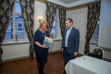 """SAARTE RAAMAT: Saaremaa ettevõtjate esindaja Terje Nepper kinkis Kaido Padarile raamatu """"Meretargad saared"""". TAMBET ALLIK"""