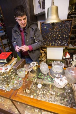 KELL: Kristjan Kirss näitab letil olevat kella, mis maksab üle 700 euro.  RAUL VINNI