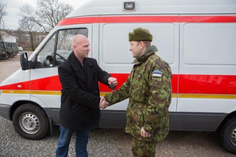 KINGITUSE ÜLEANDMINE: Jüri Niitepõld annab kapten Ülar Truule üle haiglalt ostetud kiirabiauto võtmed. RAUL VINNI