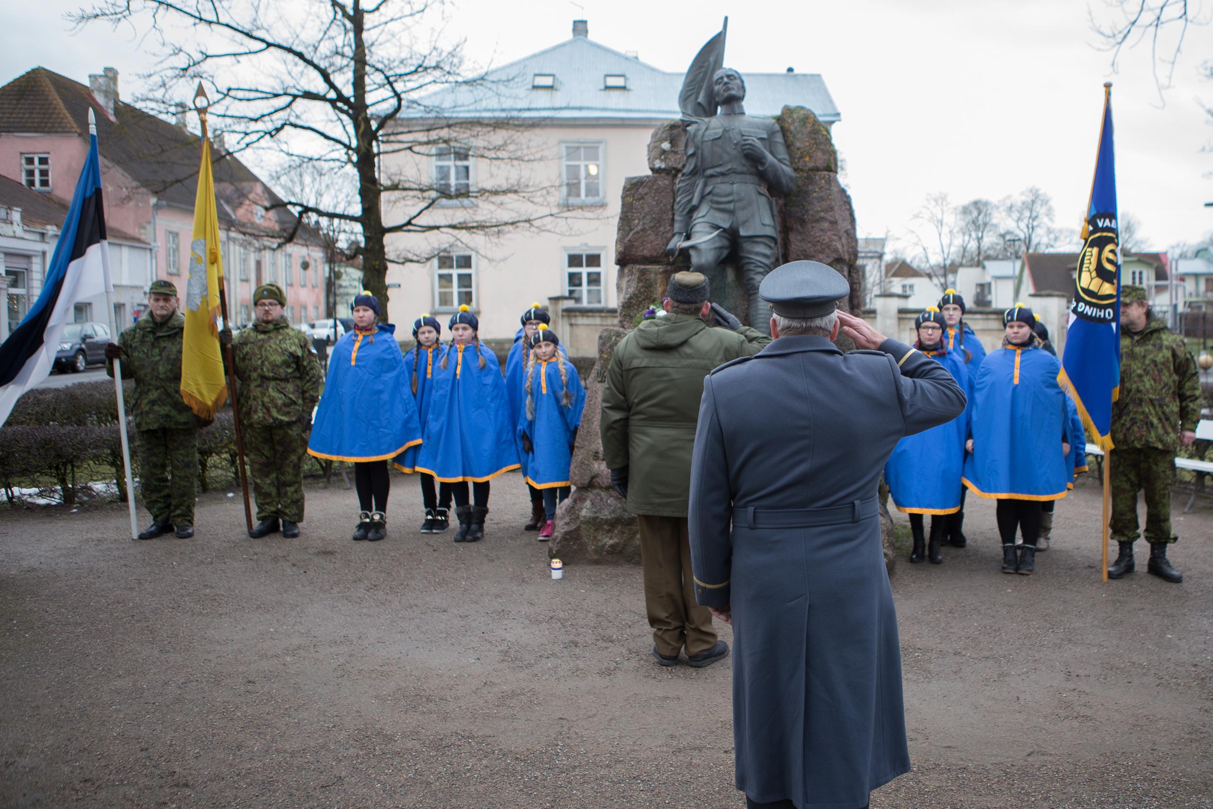Täna hommikul kogunesid Kaitseliidu Saaremaa maleva, naiskodukaitse ja kodutütarde esindajad Kuressaare kesklinnas asuva vabadussõja mälestusmärgi juurde, et tähistada Vabadussõja lõpetanud Tartu rahu 96. aastapäeva.