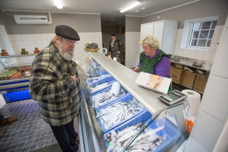 Kaalist linna räime ostma tulnud Arvo Org käib turu kalapoes pidevalt, sest siit saab parimat kala. Teda teenindab Linda Maasing. RAUL VINNI