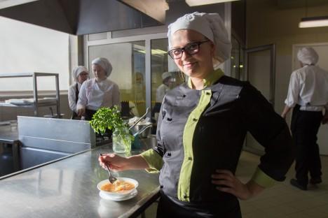 VASTLAPÄEVA HÕNG: Hõrgutava hernesupi valmimise juures oli ka kokaeriala teise kursuse õpilane Maarja Maripuu. RAUL VINNI