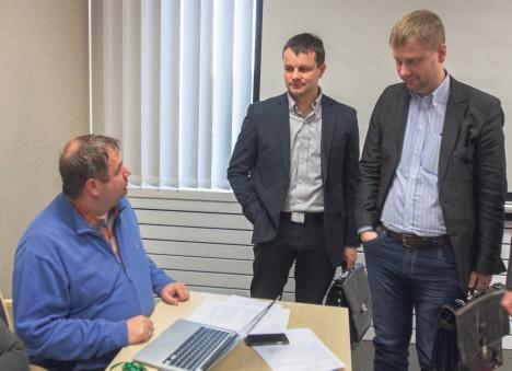 PAUK LUUAVARREST: Andres Tinno (vasakul) avaldus tuli vallavolinik Ülar Tänakule (keskel) ja Villi Pihlale täieliku üllatusena. RAUL VINNI