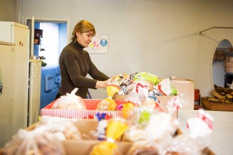 AITAB VAESUST VEIDIKE LEEVENDADA: Kuressaare toidupanga koordinaator Alur Õunpuu märkis, et 2015. aastal jagati 3770 pakki kokku 10980 inimesele. Nendest lapsi oli 5203. Kuna toidupank on Kuressaares tegutsenud 2014. aasta septembrist, ei saa praegu statistikat aastate lõikes veel teha, ütles Õunpuu. Fotol pakib toitu Kaja Laus. RAUL VINNI