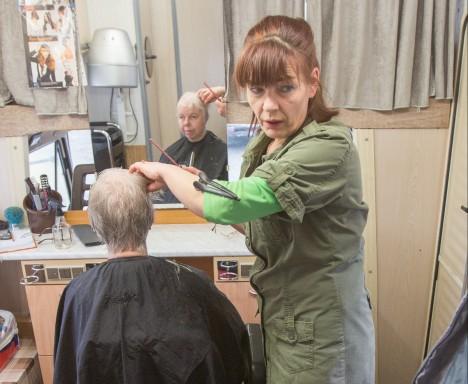 TÖÖ KÄIB: Klient Maris Pulk on oma juuksuri Airi Paumetsaga rahul. RAUL VINNI