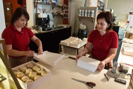 TÖÖD JÄTKUB: Vanalinna kohviku kukleid pakivad Kati Kabur ja Inge Einala. RAUL VINNI