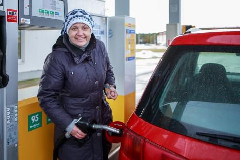 LOEB HOOLEGA RAHA: Eile Alexela kütusejaamas autot tankinud Anneli Püüding ütles, et tema jaoks on talvisel ajal iga euro oluline. TÕNU VELDRE