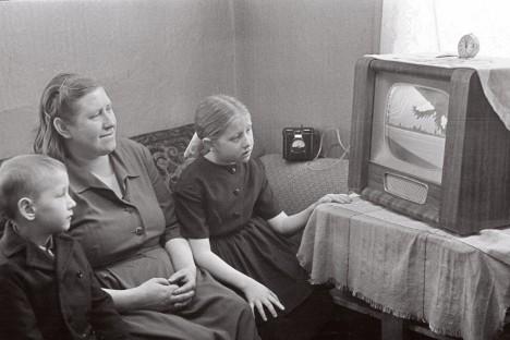 1964: Sovhoosi nuumikutalitaja Miralda Erlich lastega televiisori juures. KALJO RAUD / EESTI FILMIARHIIV