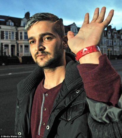 ALANDAMINE VÕI MITTE? Kurdi sõjapõgenik Himan Selam Khalid elab Walesis Cardiffi Lynx House'i pagulaskeskuses juba neljandat kuud. Tasuta toidu saamiseks peab ta kandma eredavärvilist käevõru. Meest ennast ei paista see eriti häirivat, küll on aga häirekella löönud Suurbritannia inimõiguste kaitsjad. DAILYMAIL.CO.UK