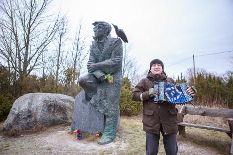 SMUULI MEENUTADES: Kirjaniku skulptuuri juures esitas Muhu muuseumi juhataja Meelis Mereäär karmoskal lustilisi lugusid. TAMBET ALLIK