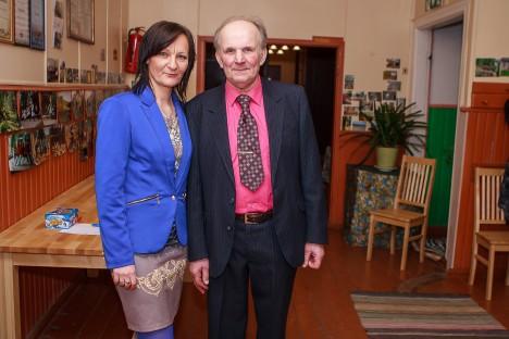 KÜLARAHVA OOTEL: Külavanem Mati Maripuu koos tütre Riina Maripuuga seltsimaja fuajees peoliste ootel. Samas saab uudistada külaelu kajastavat fotonäitust. TAMBET ALLIK