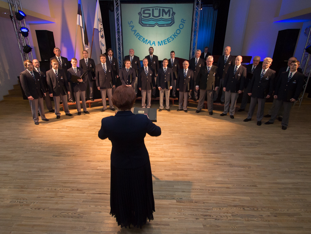 Kuressaare kultuurikeskuses andis piduliku aastapäevakontserdi SÜM. Laulmise sekka räägiti üritust juhtinud Tõnis Kipperiga koori ajaloost ja tänapäevast. Fotod Raul Vinni