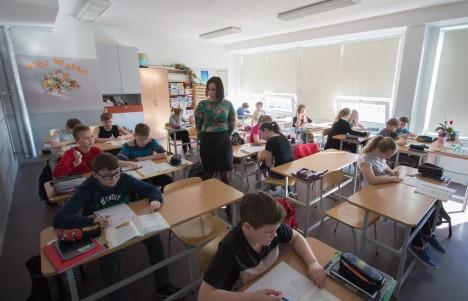 KLASSIÕPETAJA: Kuressaare gümnaasiumisse oleks hädasti vaja veel üht klassiõpetajat. Pildil on klassiõpetaja Virge Lember 5. klassile tundi andmas. RAUL VINNI