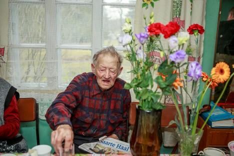 SÜNNIPÄEVALAPS PIDULAUAS: Eile 98. sünnipäeva tähistanud Andrei Lempu loeb lehte prillita.  TAMBET ALLIK