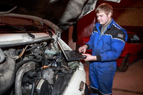 DIAGNOSTIKA: Karl Jalakas teeb oma autotöökojas autodele kõike, mida tarvis, alustades diagnostikast ja lõpetades silladetailide vahetamisega. TAMBET ALLIK
