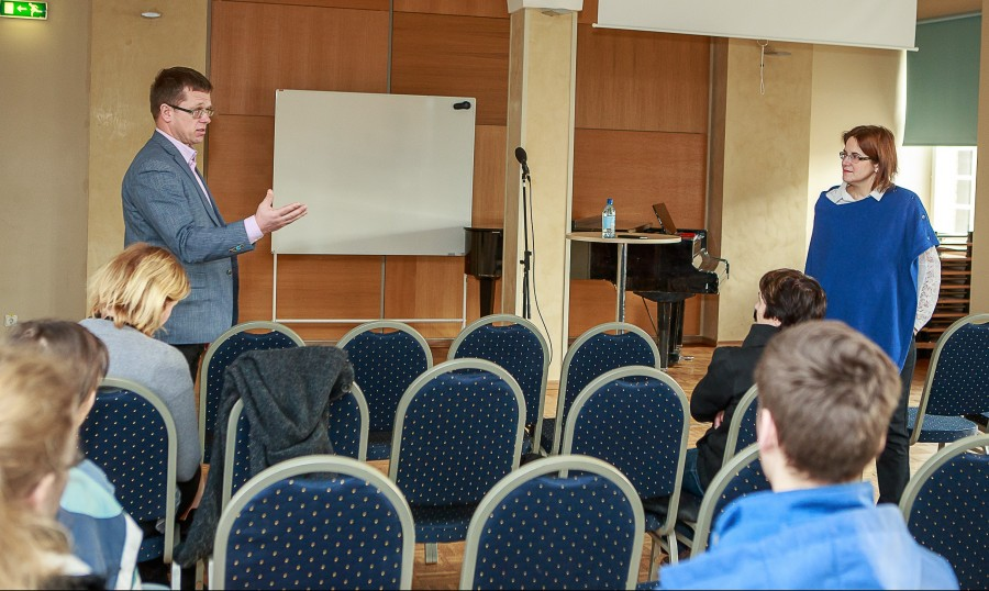 """Reede hommikul pidas võrdõiguslikkuse volinik Liisa Pakosta Kuressaare ametikooli auditooriumis avaliku loengu teemal """"Kas meie inimeste võimalused on võrdsed?"""". Et saalis olid peamiselt õpilased, keskendus ta oma ettekandes noorte ja […]"""