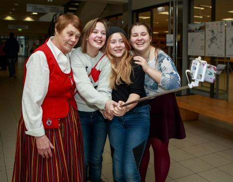 MÄLESTUSI JÄÄDVUSTAMAS: Taimi Mölder, Lele-Marleen Suurhans, Roos Marie Karmel Pšenitšnaja ja Maria Vera Pšenitšnaja jäid korraga mitme pildi peale. TAMBET ALLIK