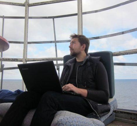 KAUGTÖÖ: Eelmisel sügisel pani Proeksperdi tiim püsti kontori Keri saarel. Pildil töötab tarkvaraarendusinsener Juri Krainjukov vana tuletorni tipus. PROEXPERT