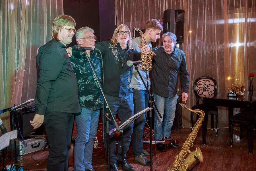 Hiljuti 54. sünnipäeva tähistanud Juu Jääbi isa, rahvusvaheliselt tuntud jazzmuusik Villu Veski kutsus sedakorda oma küpsemaks saamist tähistama kõik, kes tulla ihkasid. Nii mandril kui ka Kuressaares. Laupäeval Muusas punkti […]