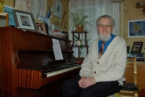 KODUS ON KENA OLLA: Väino Ratassepp armastab oma Tallinna kesklinna läheduses asuvas õdusas kodus ikka klaveri taga istuda ja isetehtud lugusid mängida. Perekond Männiste esituses peaks juba üsna pea järjekordne laul avalikuks saama.  TÕNU VELDRE