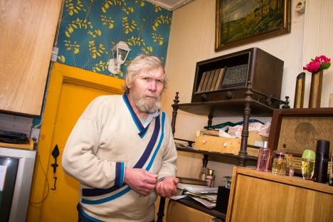 UUNIKUM RIIULIS: Villemi talu peremees Andres Ruus hoiab vanu raadioaparaate aukohal.  IRINA MÄGI