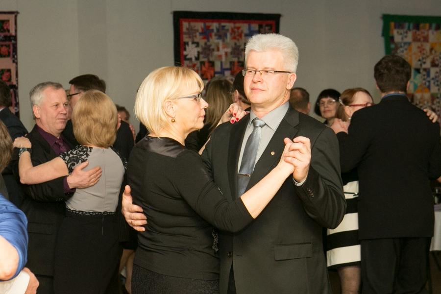 Laupäeva õhtul toimus Kuressaare kultuurikeskuses heategevuslik tantsuõhtu, mille tulu läheb tublimatele Kuressaare täiskasvanute gümnaasiumi madruseõppe õpilastele stipendiumiks. Fotod: Irina Mägi