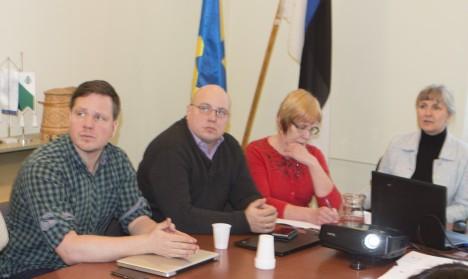 LÄHEVAD LÄBIRÄÄKIMISTELE: Vasakult volinikud Koit Kelder, Priit Lulla, vallavalitsuse töötaja Pärje Raev ja volikogu esimees Marina Treima. TÕNU VELDRE