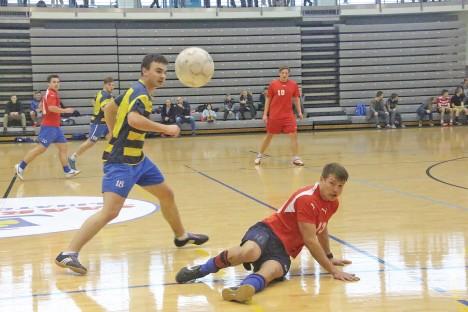VÕITLUS KÄIB: Kirill Kornilov ja Mikk Rajaveer (põrandal) võitlevad palli pärast. ALVER KIVI