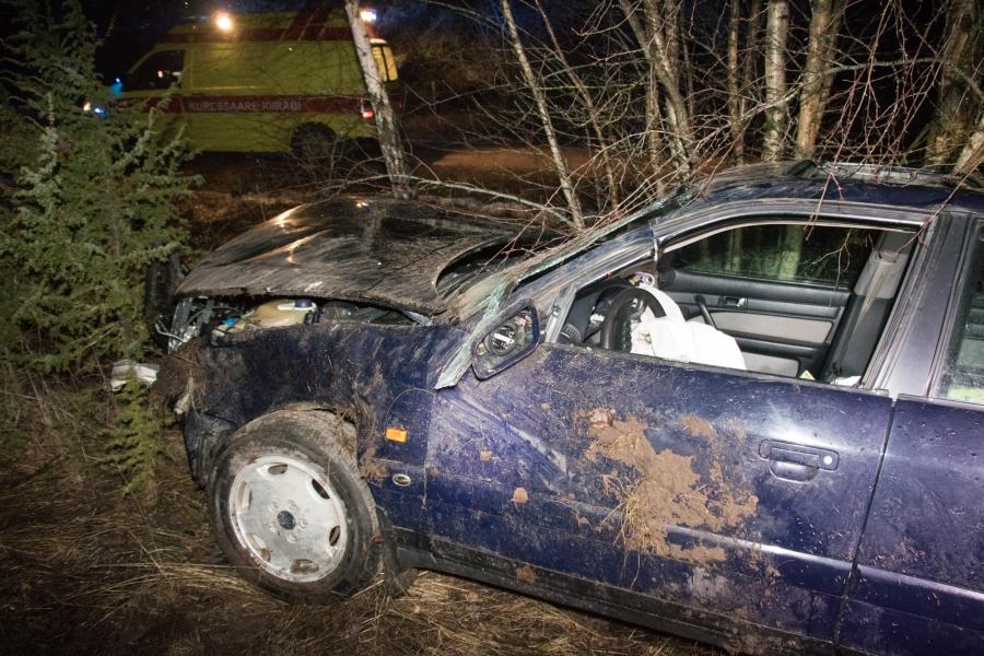 Politsei sai laupäevalkell 20.08 teate liiklusõnnetusest Saaremaal Salme vallas Lõmala külas, kus bussipeatuse lähedal oli juht oma sõiduautoga teelt välja sõitnud. Teatele reageerisid politsei, päästjad ja kiirabi. Kohapeal viibinud fotograafile […]